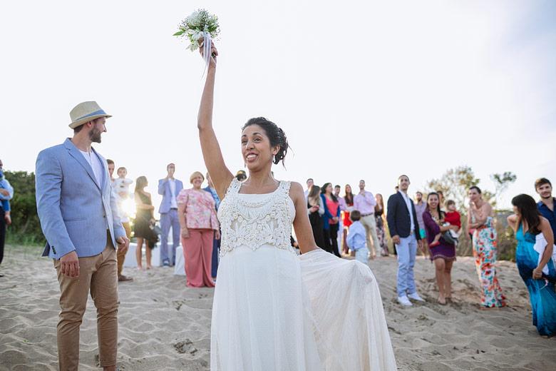 novia tirando ramo en la playa