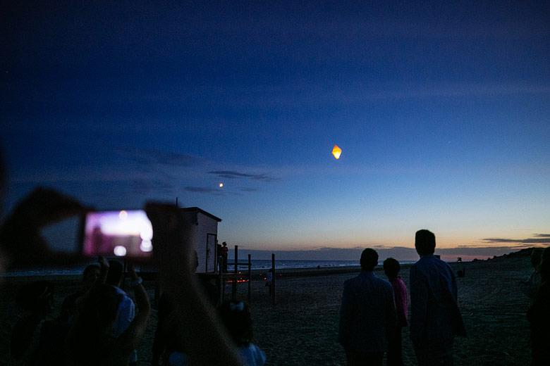 suelta de globos en casamiento en la playa