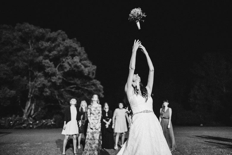 novia tirando su ramo