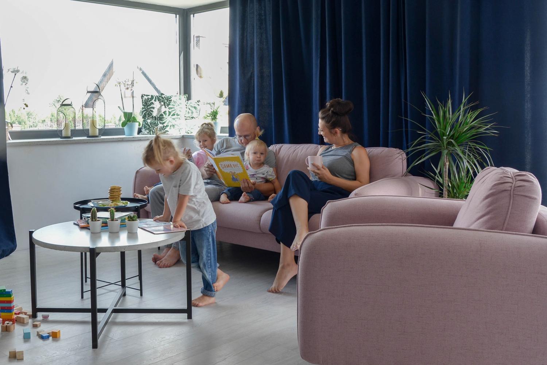 O tym jak wyprzedziliśmy trendy wybierając różową sofę do salonu! Zobacz jakie cudo mamy dziś w domu! Część I salonu.