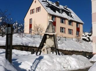 2012_12_08_Klingenthal_Figur_vor_der_Musikschule