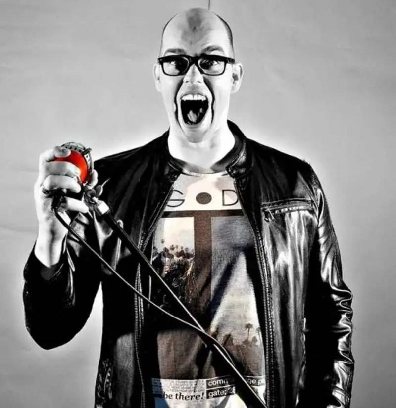 Actie foto van een fotoshoot uit 2017. RED Microfoon. Promo foto