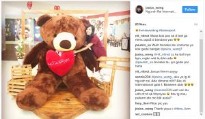 Jssica_Wang Berpose memeluk Boneka Teddy Bear Raksasa