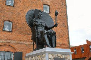 I Am Queen Mary - 7m høj skulptur af Jeannette Ehlers og La Vaugh Belle foran Vestindisk Pakhus i København