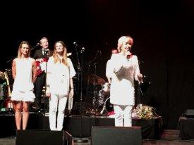 Birthe i Hvid og Sølv buksedragt - med syngepiger