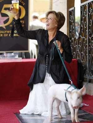 Emma Thompson med en pint og en gris da hun fik sin stjerne på Hollywood Walk of Fame 10.aug 2010