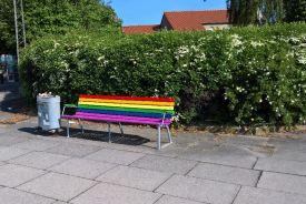 Den regnbuebænk er vist lidt langt fra ruten: set på Filtenborg Plads!