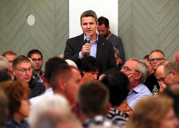 Roger Zurbriggen spricht in der Stadthalle Sempach anlässlich der DV der CVP zur bevorstehenden Gründung der CSV Kanton Luzern