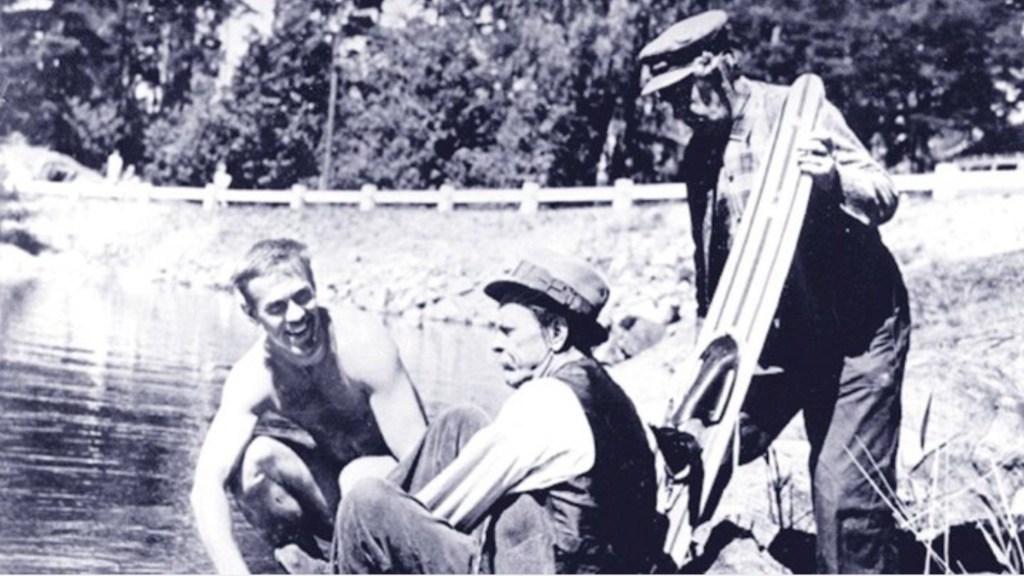 Sven Johansson (t.v.) i Åsa-Nisse Jubilerar (1959). ©Svensk Talfilm