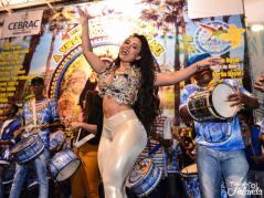 RAINHA de BATERIA attitrée devant sa BATERIA en Samba No Pé