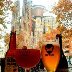 Roguetrippers enjoying a meal and a beer in the path of Sagrada