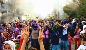 Residentes de Silvan protestan contra la ocupación militar turca y los toques de queda.