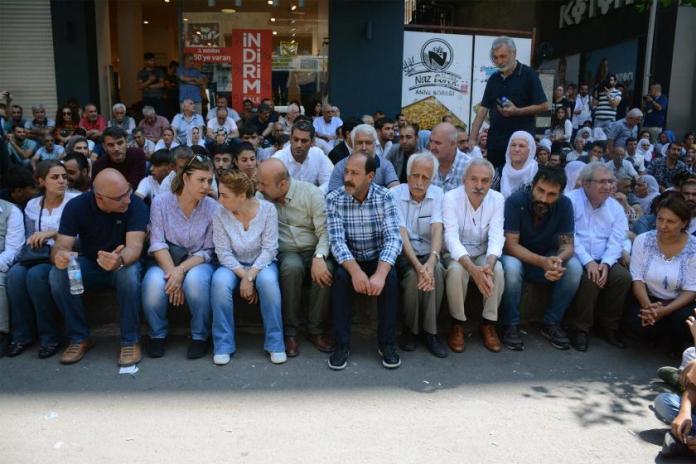 Les Députés HDP poursuivent leur sit-in à Diyarbakir