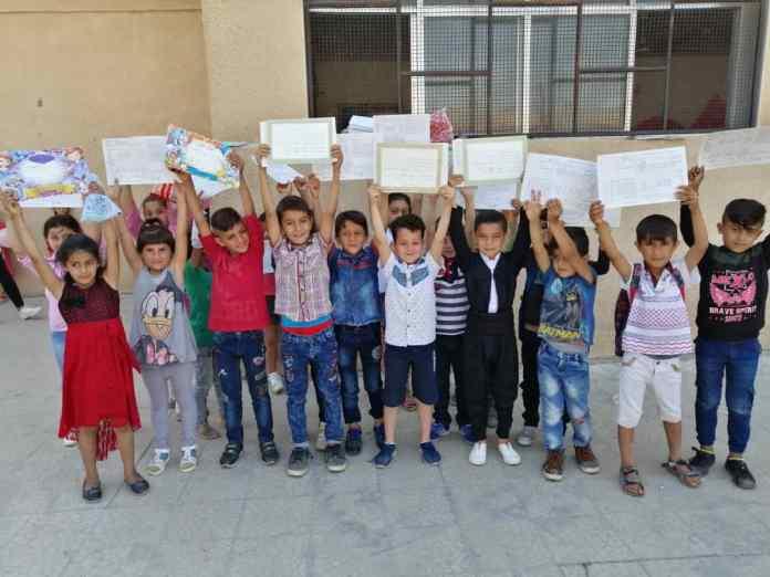 Rojava: A Dirbêsiyê, des enseignant.e.s et des élèves appellent à s'opposer aux envahisseurs avec des stylos, des cahiers et des livres.