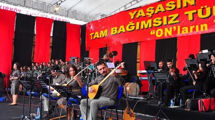 93 personnes, dont des avocats et des membres du Groupe de musique Yorum, ont été arrêtées dans des raids menés par la police turque dans 12 villes.