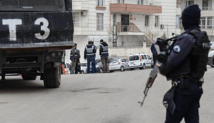Des dizaines de personnes, dont de nombreux avocats, ont été arrêtées, ce vendredi matin, après que le parquet de Diyarbakir ait émis une centaine de mandats d'arrêt dans le cadre d'une opération contre la société civile kurde.