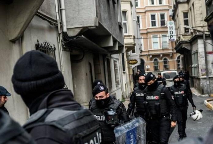 De nombreuses personnes ont été arrêtées dans le cadre d'opérations de génocide politique menées simultanément par la police turque dans de nombreuses villes du Nord-Kurdistan. Plusieurs personnes ont subi des violences policières au cours des raids.