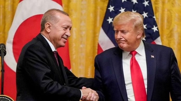 Le secrétaire d'État Mike Pompeo a exhorté la Turquie à résoudre immédiatement le problème des S-400, en coordination avec les États-Unis. Un an et demi après que la Turquie ait acquis un système de défense antimissile russe, violant ainsi ses accords avec les Etats-Unis, le président Donald Trump a annoncé des sanctions contre son allié de l'OTAN. Les sanctions annoncées lundi par le Trésor américain visent l'agence turque des marchés publics de la défense, connue sous le nom de Présidence des industries de la défense, et ses hauts fonctionnaires, dont son président. Le Congrès était sur le point de forcer la main à M. Trump, en adoptant la semaine dernière son projet de loi annuel sur la politique de défense qui exigeait que la Maison Blanche mette en œuvre ces sanctions dans les 30 jours, ce qui a dû peser sur la décision du président américain. La Turquie a acquis le système de défense antimissile, connu sous le nom de S-400, en juillet 2019. Or, une loi prévoyant des sanctions de grande envergure avait été adoptée en été 2017, à de larges majorités, par les deux chambres du Congrès américain pour forcer Trump à être plus dur avec la Russie. La loi intitulée « contrer les adversaires de l'Amérique à travers les sanctions » (CAATSA) vise l'Iran, la Corée du Nord et la Russie. Elle prévoit des sanctions à l'encontre de tout pays ayant effectué un « achat important » d'équipements de défense ou de renseignement auprès de Moscou. « L'action d'aujourd'hui envoie un signal clair que les États-Unis appliqueront pleinement la section 231 de la CAATSA et ne toléreront pas de transactions importantes avec les secteurs de la défense et du renseignement de la Russie », a déclaré le secrétaire d'État Mike Pompeo dans un communiqué. « J'invite également la Turquie à résoudre immédiatement le problème des S-400 en coordination avec les États-Unis. La Turquie est un allié précieux et un partenaire important des États-Unis en matière de sécurité régionale, et nous cherchons à po