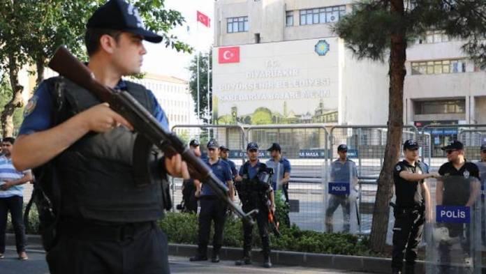 Les militants du HDP et du DBP arrêtés dans le cadre de l'«affaire Kobane» au début du mois d'octobre sont toujours en détention. «Les motifs de suspicion à l'encontre des accusés n'ont pas été éliminés», a déclaré le tribunal en justifiant sa décision.