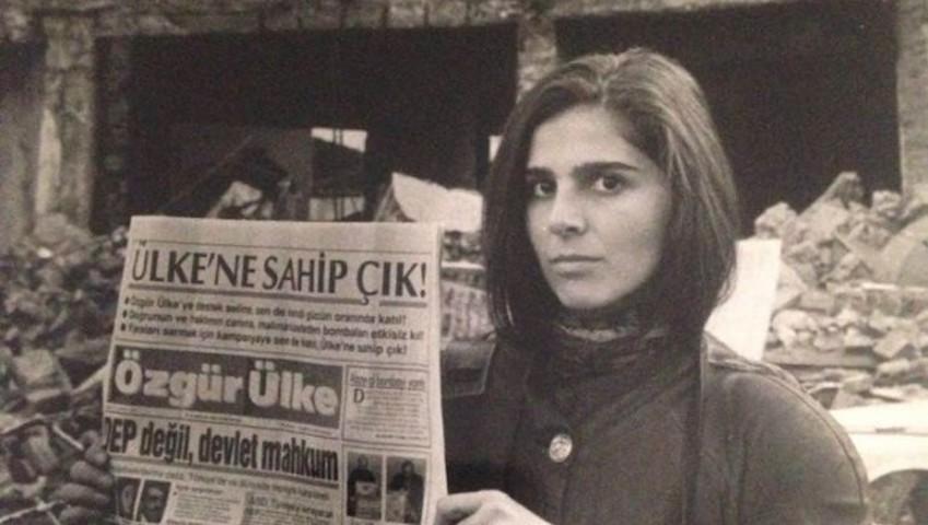26 ans ont passé depuis l'attentat à la bombe contre le journal Özgür Ülke. Au lendemain de l'attentat, le journal titrait en une: «Ce feu vous brûlera aussi». Selon la journaliste Zekine Türkeri qui travaillait alors pour le quotidien, ce titre est aujourd'hui, plus que jamais, d'actualité.
