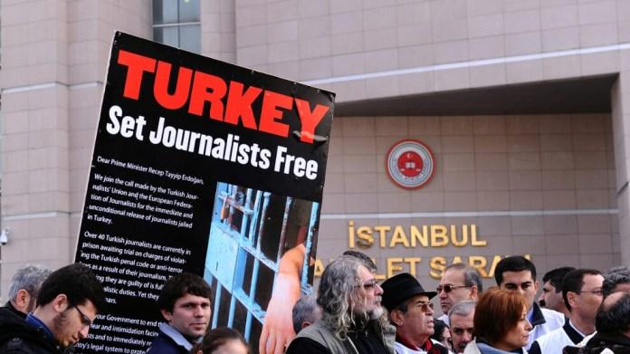 La FIJ a publié le Livre blanc sur le journalisme mondial, selon lequel la Turquie est la première prison au monde pour les journalistes.