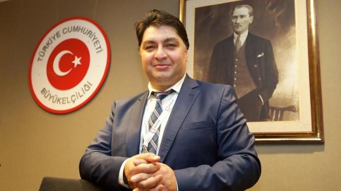 Veysel Filiz, lobbyiste de la coalition AKP/MHP au pouvoir en Turquie, a été arrêté, début décembre, avec une centaine de kilos d'héroïne dans ses bagages, alors qu'il tentait d'entrer sur le territoire de l'Union européenne. Anciennement attaché de presse de l'ambassade de Turquie à Bruxelles, il avait été expulsé par la Belgique en raison de ses activités d'espionnage.