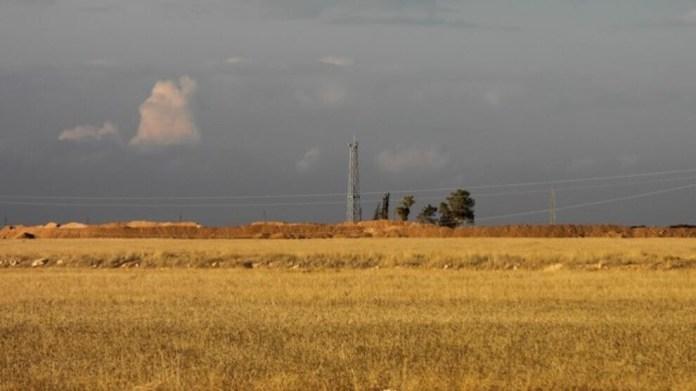 Les forces d'occupation turques surveillent les mouvements sur l'autoroute M4 depuis une tour nouvellement construite près d'Aïn Issa.