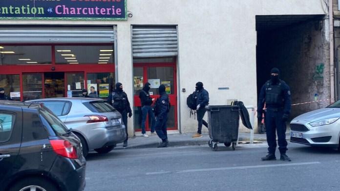 Au moins 6 maisons, une association et un magasin appartenant à des Kurdes ont été perquisitionnés à Marseille ce matin. Une dizaine de personnes ont été interpellées. Une autre personne a été arrêtée en région parisienne.
