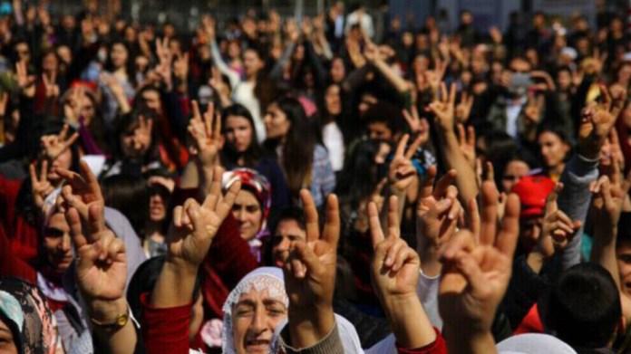 L'offensive d'Erdogan contre les droits et la démocratie cible les femmes, les Kurdes, les LGBT et les garanties démocratiques, déclare HRW.