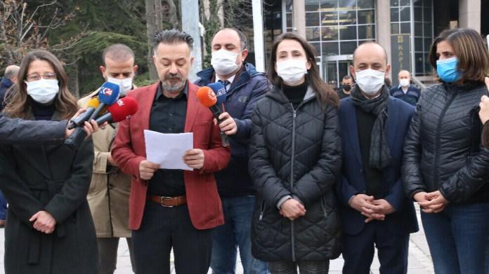Le co-vice-président du HDP en charge de la commission des lois et des droits humains, Ümit Dede, a fait une déclaration de presse devant le palais de justice d'Ankara, où s'est tenue ce vendredi l'audience préliminaire de