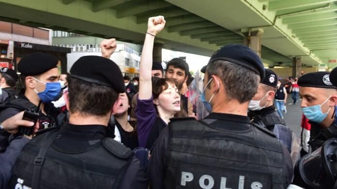 La police turque a sévèrement réprimé les manifestants descendues dans les rues d'Istanbul, samedi, pour célébrer la Journée internationale des travailleurs, le 1er mai.