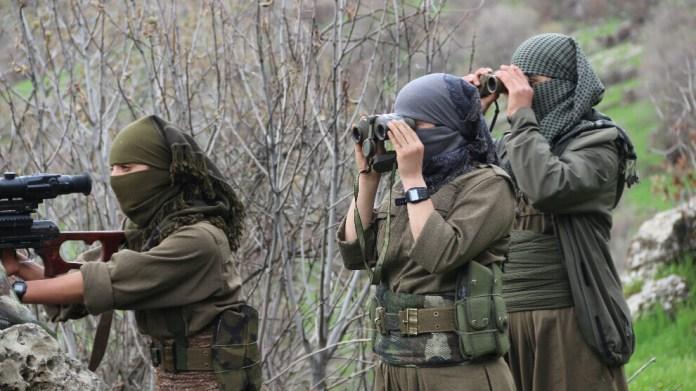 A la suite des tirs d'obus de l'armée turque dans la région de Metina, de violents affrontements ont commencé dimanche soir entre les soldats de l'armée turque et les guérilléros des Forces de défense du peuple (HPG, branche armée du PKK).