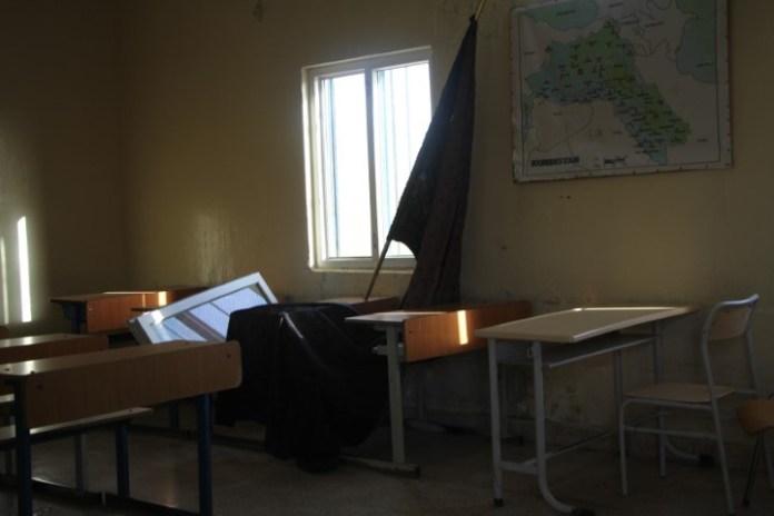 Les fenêtres de l'école primaire Salih Kendal du camp de réfugiés kurdes de Makhmour ont été brisées et les murs impactés en raison du bombardement aérien de l'État turc survenu le 5 juin dernier.
