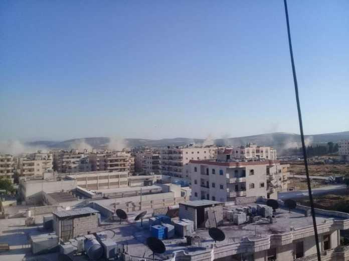 Des dizaines de tirs de roquettes ont visé, samedi soir, le centre-ville d'Afrin, dans le nord de la Syrie, tuant au moins 19 civils et blessant plus de 23 autres. Accusées par l'occupation turque, les Forces démocratiques syriennes (FDS) ont nié tout lien avec les bombardements.