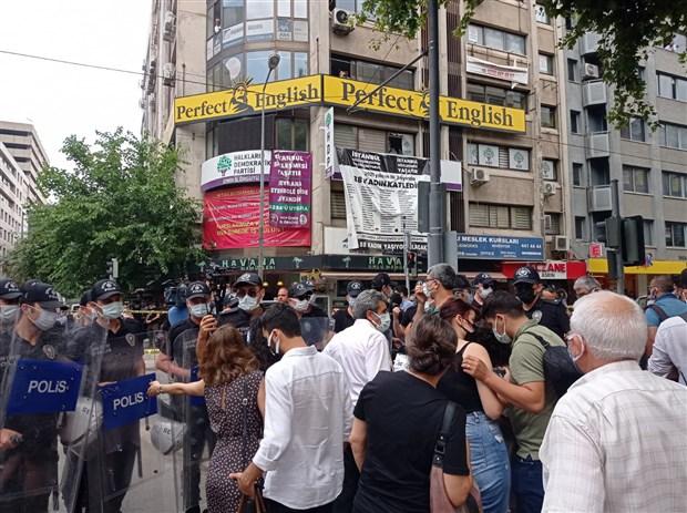 Le bâtiment de l'antenne régionale du HDP d'İzmir a été attaqué et incendié ce jeudi matin. Une jeune femme a été tuée dans l'agression