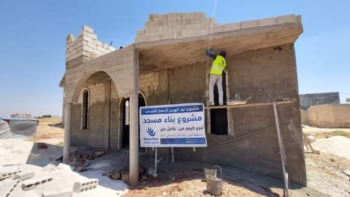 Dans les zones du nord de la Syrie occupées par la Turquie, particulièrement dans la région kurde d'Afrin, des organisations affiliées aux Frères musulmans, se présentant sous l'étiquette humanitaire, construisent des mosquées et des complexes de colonies, dans le but de changer la structure démographique de la région en y installant des familles de mercenaires.