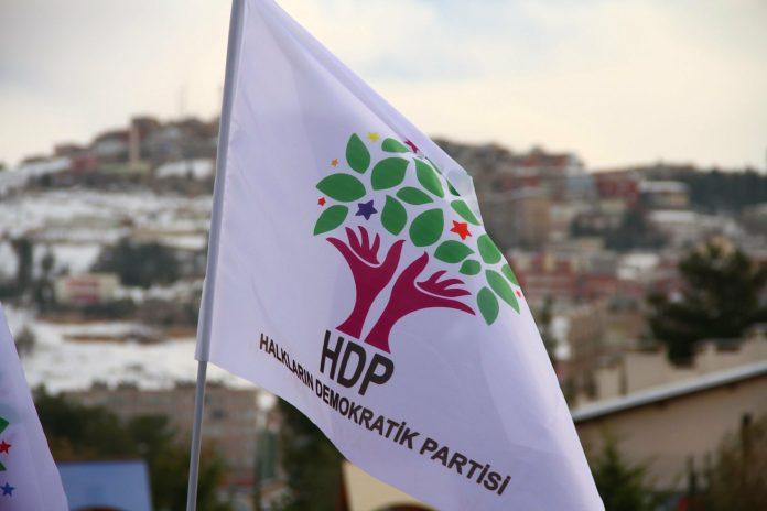 «Je vais massacrer ceux qui sont venus d'Asie centrale, les Kurdes. Je m'appelle Zaza et je sais ce que vous avez fait», a menacé le trentenaire qui a été rapidement expulsé des locaux du HDP par les militants.