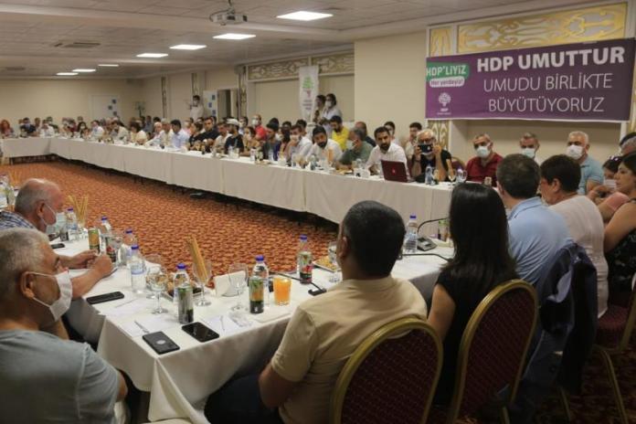 S'exprimant à Osmaniye, le vice-président du HDP, Tuncer Bakırhan, a déclaré qu'ils n'oublieront pas les politiques discriminatoires envers les membres du parti du gouvernement et a ajouté que ceux qui mettent en œuvre ces pratiques seront tenus responsables devant l'histoire.