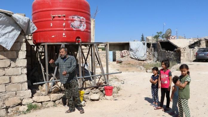 L'UNICEF a placé des réservoirs d'eau sur les routes principales des villages et des districts du canton de Shehba pour fournir de l'eau potable aux habitants. Les résidents de Shehba sont les personnes qui ont été contraint de se déplacer dans la région à la suite de l'attaque en janvier 2018 et de l'occupation en mars 2018 d'Afrin par l'Etat turc et ses mercenaires djihadistes qui lui sont affilié. Les puits existants dans la région ne sont pas adaptés à l'eau potable.