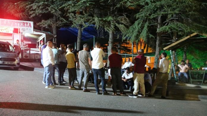 Quatre personnes ont été blessées, dont deux grièvement, à la suite d'une agression raciste contre une famille kurde à Ankara. La famille victime a par ailleurs été attaquée par la police devant l'hôpital où ont été transportés les blessés.
