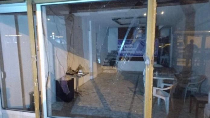 Une nouvelle attaque a visé, au cours de la nuit dernière, le siège du Parti démocratique des Peuples (HDP) à Marmaris, dans la province de Muğla. Le bâtiment avait déjà été endommagé par un nationaliste turc armé il y a deux semaines.