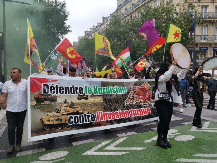 À l'appel du Conseil démocratique kurde en France et de plusieurs organisations et partis français, de nombreuses personnes sont descendues dans les rues de Paris, ce dimanche, pour dénoncer l'invasion turque au Kurdistan.