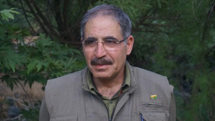 C'est en prison que Muzaffer Ayata a assisté au début de la lutte armée du PKK le 15 août 1984. Le cofondateur du PKK a été arrêté en 1980 quelques mois avant le coup d'état militaire et sévèrement torturé dans la prison militaire d'Amed (Diyarbakir). Il a été condamné à mort pour