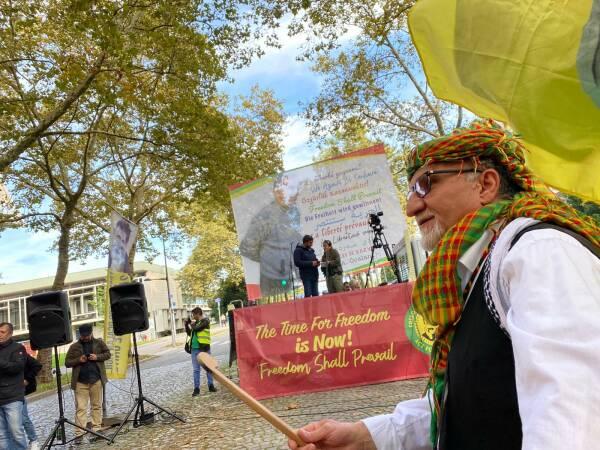 Les Kurdes et leurs amis manifestent devant le Conseil de l'Europe à Strasbourg sous le mot d'ordre «Agissez pour Öcalan».
