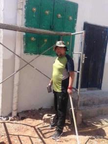 Yeshi beim Anstrich der Fassade