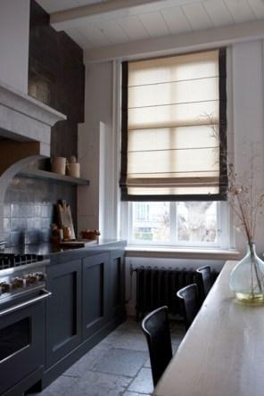 Roleta rzymska z lamówką w kuchni