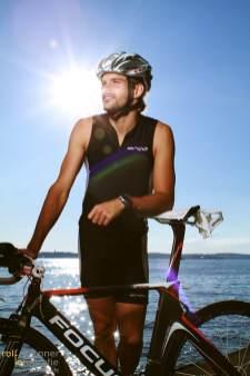 Triathlet mit seinem Fahrrad am Bodensee
