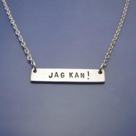 Roliga smycken, Brickhalsband med handstansad text.