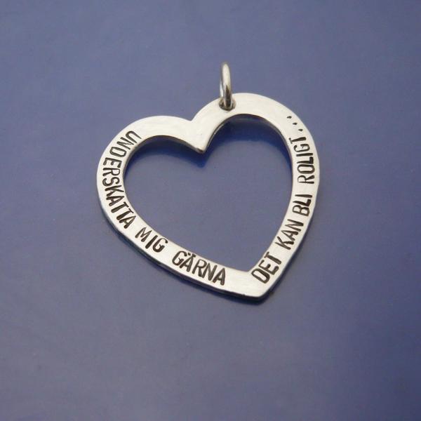 Underskatta mig gärna, Det kan bli roligt... Silverhjärta med handstansad text, Attitydsmycke. Roliga smycken - Presenter & Hantverk i silver och guld med glimten i ögat.