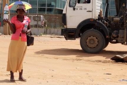 vendedora de água. Estrada do Zango